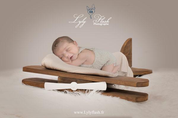 photo bébé sur avion naissance nouveau-né var 83 par photographe professionnelle 83