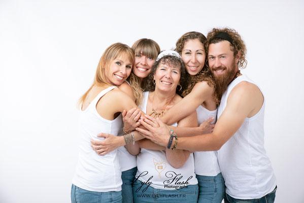 un calin en famille une photographie pleine d'amour et de tendresse par lyly flash photographe du var pres de sainte maxime