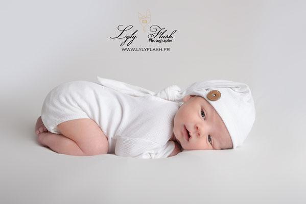 portrait newborn posing photographie de naissance avec bébé sur le ventre photographe LylyFlash