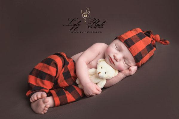 un bébé dans une tenue de petit canadien pour une séance photo naissance tout en douceur près de saint maximin la sainte baume
