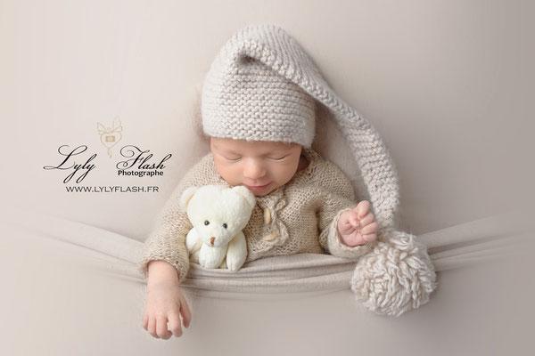 photographe en studio photo près de Marseille . Bébé qui dort paisiblement avec doudou et un bonet de nuit trop mignon #photographe #lylyflash #marseille