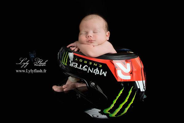 photographe var nouveau-né et casque de moto