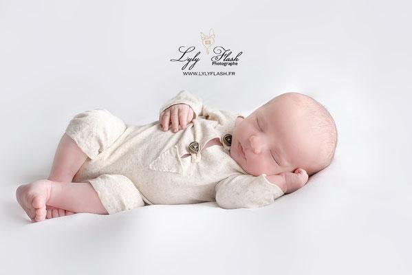 bébé posing newborn une séance photo pour un portrait à la naissance de votre petit garçon qui vient de naître