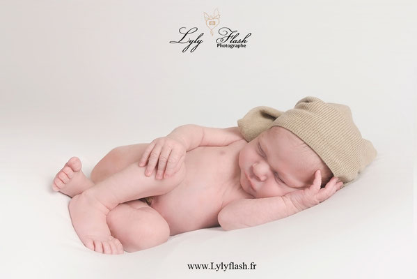 photo de bébé qui dort lors de sa séance photo au studio photo LylyFlash photographe près de saint maximin dans le var