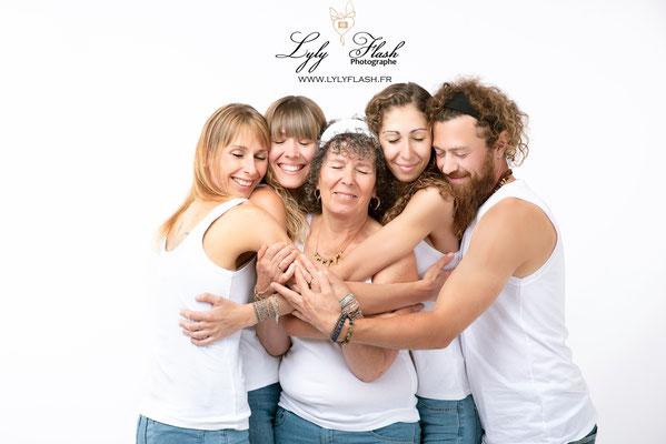 photo d'une famille unie et amoureuse. Un portrait photo dove pres de correns
