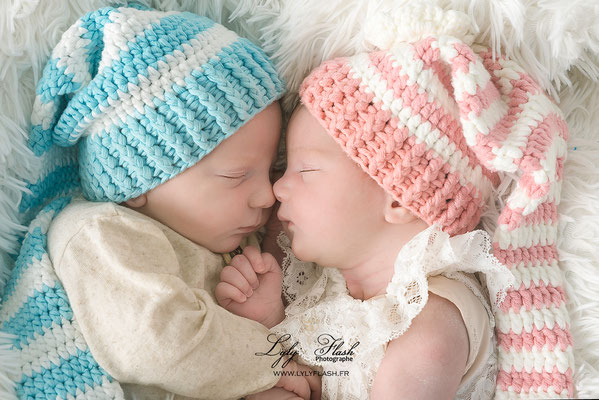 bisous de naissance une photographie de jumeaux réalisée par lyly flash photographe pour bébé dans le var près de draguignan