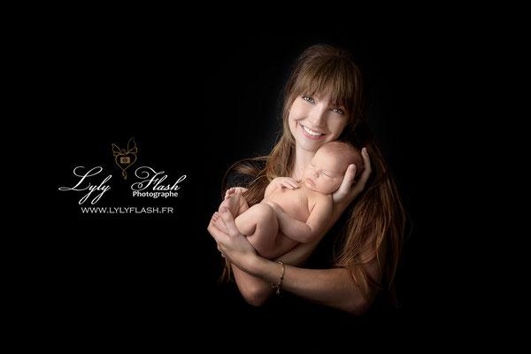 photo de maman et bébé a la naissance une séance photo cocoon sur fond noir réalisée par lyly flash photographe portraitiste près de saint raphael