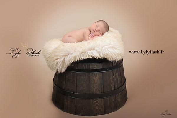 bébé naissance sur tonneau de bois par photographe var