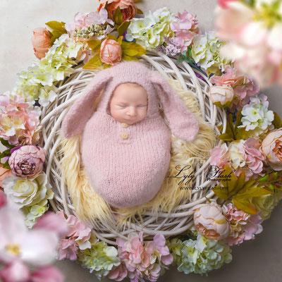photographie d'art pour la naissance de bébé en studio par une photographe professionnelle