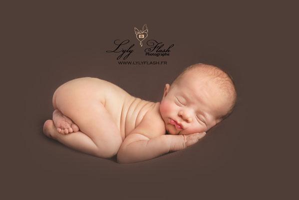 photographe bébé naissance newborn posing professionnel dans le var
