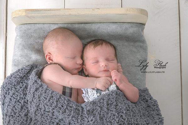 photographe naissance en studio photo dans le var près de toulon . bébés jumeaux