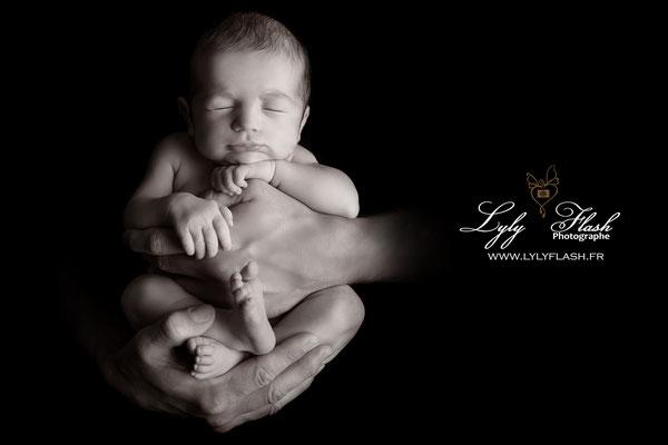 Photographe naissance bébé  noir et blanc main a papa