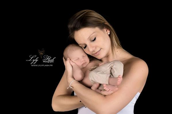 photographe de bébé à la naissance avec maman