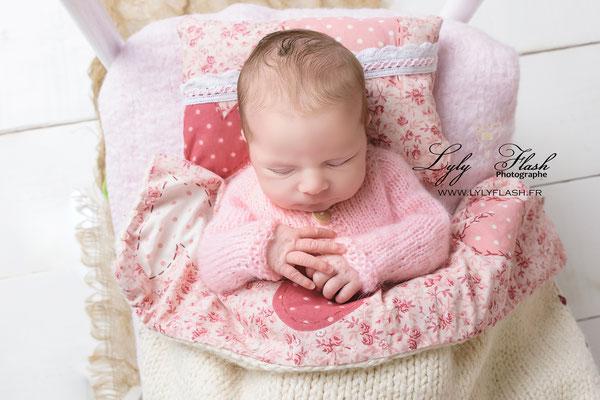 bébé qui dort dans un petit lit douillé. photographie réalisée par lyly flash photographe du nouveau-né dans le var
