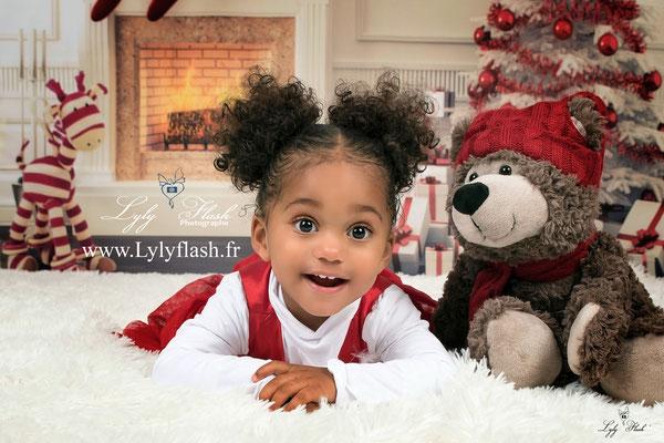 photographe Noël bébé Petite aficaine juste magnifique avec un sourire incroyable et des yeux sublimes photographe bébé et enfant en studio photo dans le var 83