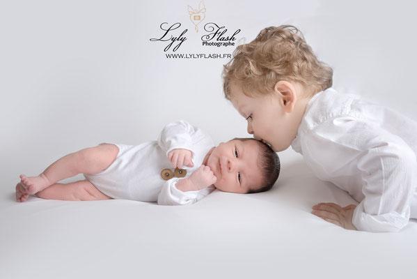 photographe pour bébé à la naissance près de toulon, bisous de grand frère trop mignon
