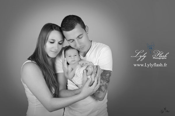 photo de bébé nouveau-né avec son papa et sa maman parents par LylyFlash photographe Toulon