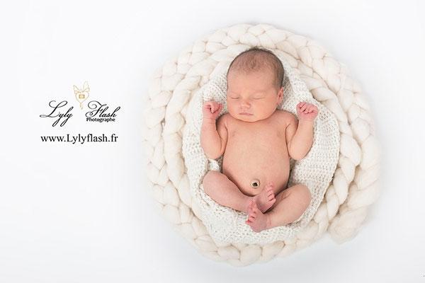 photo bébé qui dort dans un cocoon par une photographe de naissance