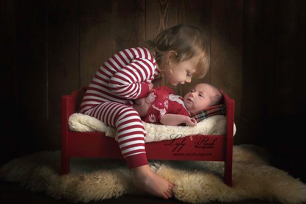 photographe noël, noel dans la neige photo studio lylyflash  frère et sœur naissance bisous