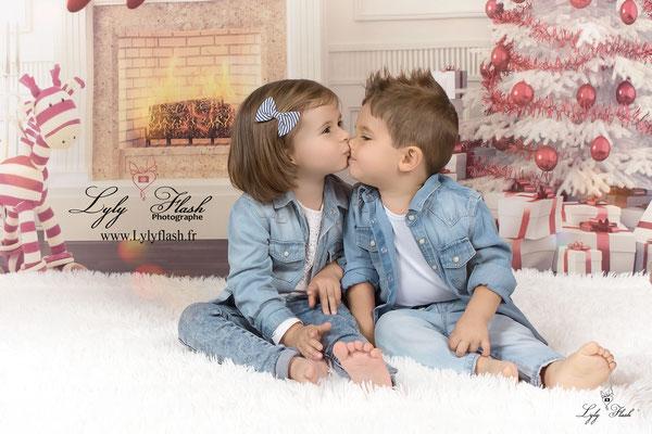 photographe Noël bébé , les enfants se font un bisous pour Noël , un cadeau magique pour toute la famille par une photographe professionnel et artistique en studi en provence alpe cote d'azur mais aussi en france pour les amoureux du travail bien fait