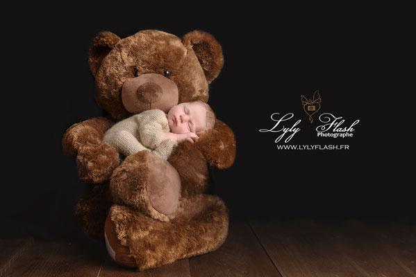 photo naissance bébé et ours en peluche marron photographe studio Aix en procence draguignan Fréjus manosque