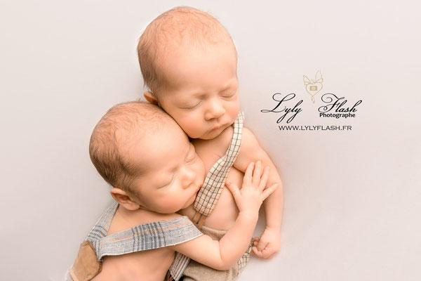 photo de jumeaux a la naissance en studio issue d'une séance naissance cocoon réalisée par lyly flash photographe pour bébé près de toulon