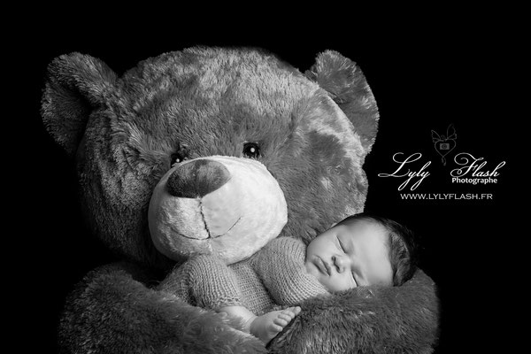 photo noir et blanc de bébé et doudou réalisée par lyly flash photographe portraitiste dans le var près de garéoult