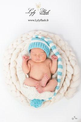 photo bébé endormi avec un bonnet lutin par une photographe du var