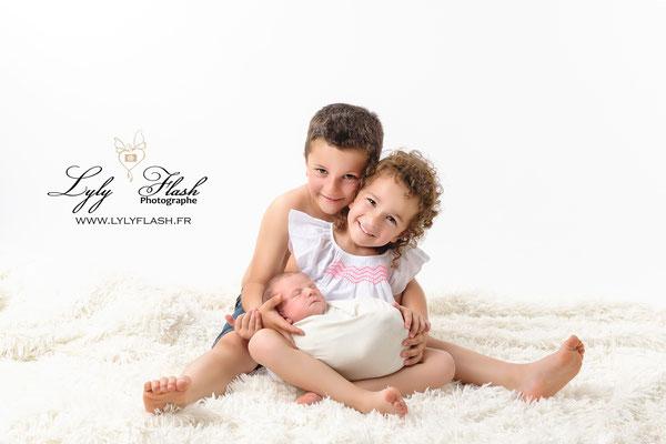 une photographie de famille ; réalisée au studio photo près de Fréjus dans le var de la France par la meilleure photographe naissance de France