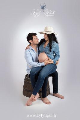 photo de maternité , photographie de grossesse dans le var en studio professionnel dans notre belle région varoise dans le sud de la france