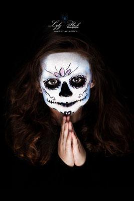 décor pour la fête de Halloween en studio photo pour les enfants avec grimage maquillage de Halloween