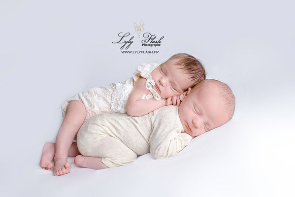 câlin de jumeaux une photographie tout en douceur par lyly flash photographe newborn pour nouveau-né en studio photo a fréjus