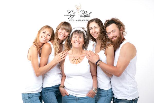 une photo d une famille aimante et heureuse près de cotignac