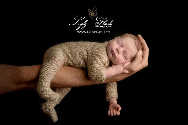 photographe naissance fond npor bébé bras