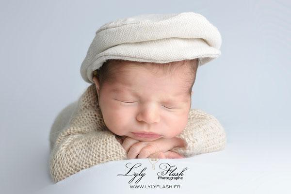portrait de bébé a la naissance. nouveau-né avec un béret près de marseille au studio photo lyly flash