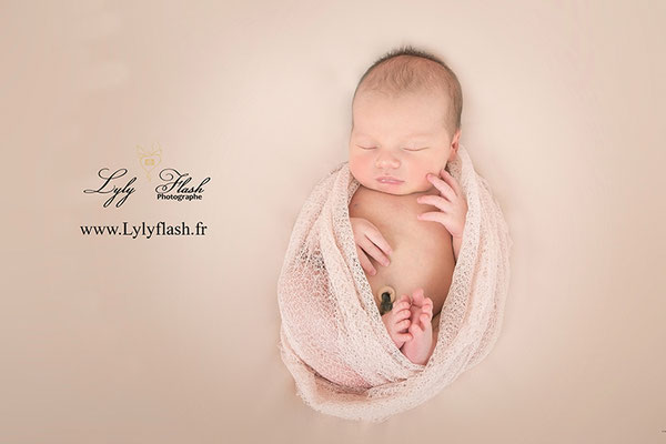 photographe de naissance bébé qui dort wrap