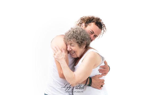 grand mere et petit fils un calin plein de tendresse et d'amour au studio photo lyly flash pres de carces