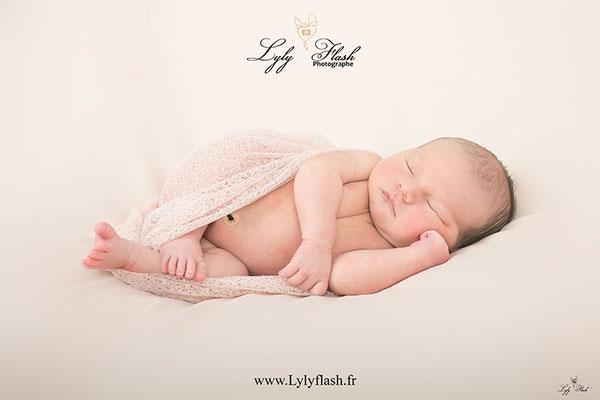 photo de bébé qui dort par une photographe de naissance