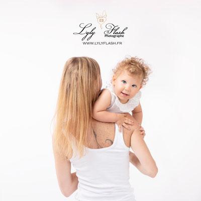photo mere enfant un bebe sur l'épaule de sa maman pres de Six fours les plages