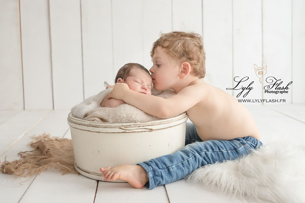 photo bisous enfants photographe naissance bébé var toulon fréjus draguignan