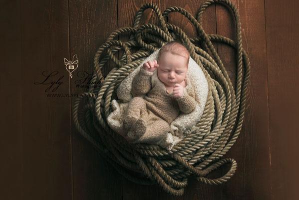 bébé dans un nid de cordes photographe lyly flash studio près de la garde dans le var