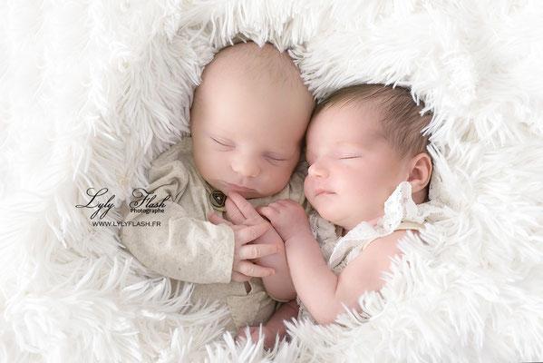 les jumeaux a la naissance font toujours de beaux calins photographe lyly flash photographe du var à brignoles
