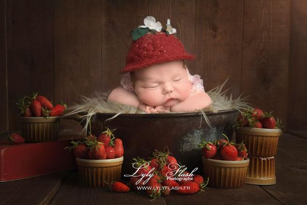 photo de bébé a la naissance dans des fraises issue d'une naissance Art part lyly flash photographe de nouveau-né près de Draguignan