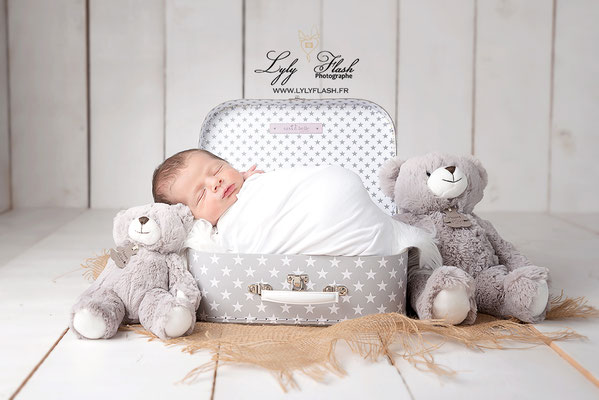 photographe d'art newborn posing doudou ourse