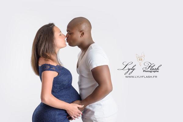 photographe de grossesse un beau mélange de métissage parce que l'amour est plus beau que tout