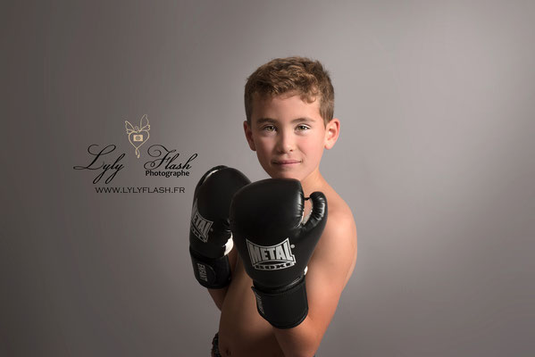 studio photo var portrait d'enfant boxe