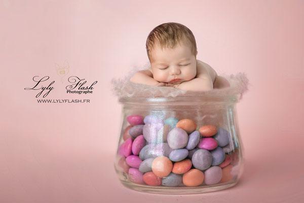 Photographe naissance bébé  bonbons