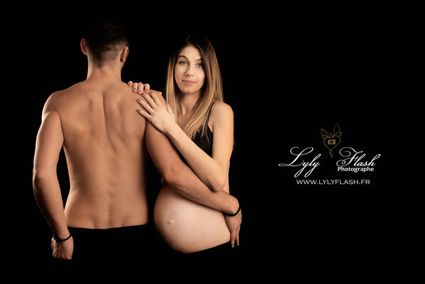 photographe de femme enceinte. Quand la maternité vous va si bien. Photo de grossesse en studio by lyly flash photographe du var