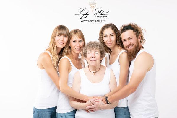 portrait en famille sur fond blanc couleur bleu et blanc comme nivea pres de Nice