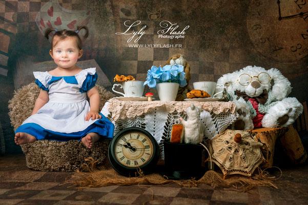 photographie d'art et créative pour bébé de 11 mois et 12 mois en studio par photographe professionnel